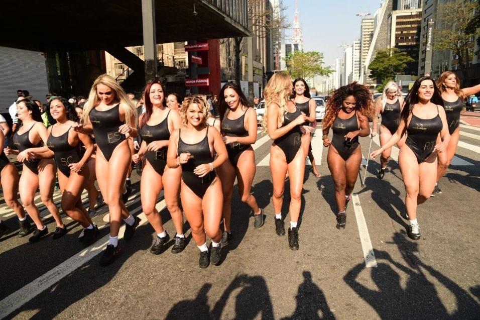 7.ago.2017 - Candidatas do Miss Bumbum Brasil 2017 param o trânsito na avenida Paulista, em São Paulo