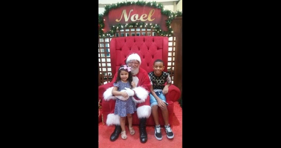 Cristiane enviou foto das crianças Gabriel e Manu curtindo o papai Noel no Taubaté Shopping (SP)
