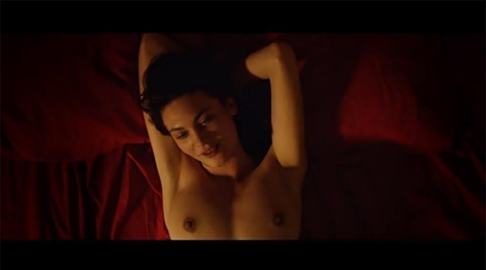 """5.ago.2015 - Descrito como """"praticamente pornô"""" e com tecnologia 3D, o filme """"Love"""", do cineasta argentino Gaspar Noé, traz uma polêmica cena de ejaculação """"frontal"""" (ou seja, na direção do público). O longa, exibido na última edição do Festival de Cannes, conta a história de Murphy (Karl Glusman), um jovem frustrado com a vida que leva ao lado da mulher (Klara Kristin) e do filho. Ele acaba reencontrando uma ex-namorada, Electra (Aomi Muyock), que estava desaparecida e desencadeia uma forte onda saudosista, com direito a sexo a três."""
