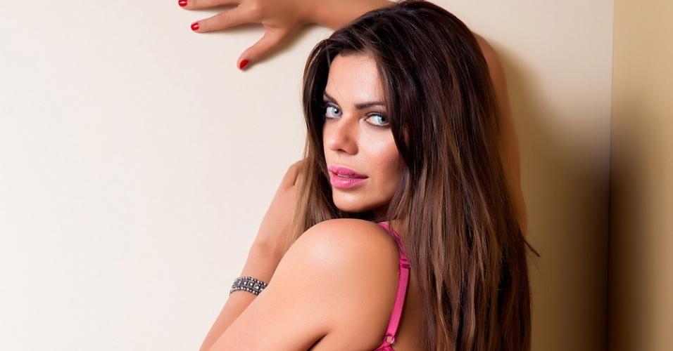 18.out.2015 - A bela modelo Suzy Cortez posa sensual em campanha para o Outubro Rosa