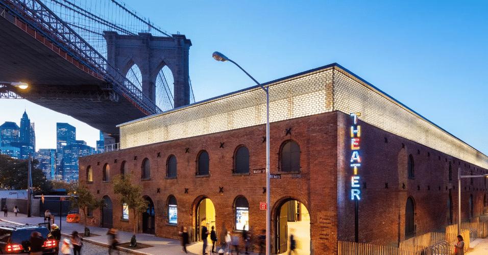 20.jan.2017 - Localizado no bairro do Brooklyn, em Nova York, o St. Ann's Warehouse aproveitou um armazém do final do século XIX, transformando-o em uma sala de teatro
