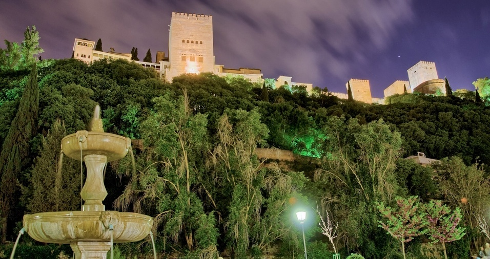 """30. O Bairro de Albayzín, de origem andaluza, está localizado em uma colina vizinha ao complexo de Alhambra, de 700m a 800m de altitude, em Granada, e possui diversos monumentos e construções nasridas e renascentistas, além de uma vista privilegiada do palácio, ótimos bares de tapas, lojas com produtos árabes, tendas de especiarias, banhos árabes, e shows de flamenco. Não deixe de visitar e conhecer o """"Paseo de los tristes"""""""