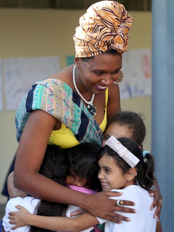 Crianças correm para abraçar a princesa Funji