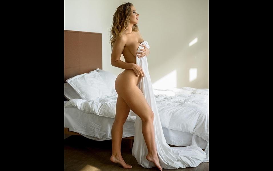22.fev.2018 - A musa americana Jayden Jaymes exibiu o seu corpaço em um ensaio sensual posando em uma cama. A beldade, que fez sucesso como uma das maiores atrizes da indústria de filmes adultos, instigou os fãs no Instagram ao postar algumas fotos provocantes