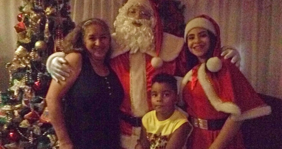Mamãe e papai Noel receberam a mamãe Laura e seu filho Guilherme, de cinco anos, na inauguração da casinha nova em Bauru (SP)