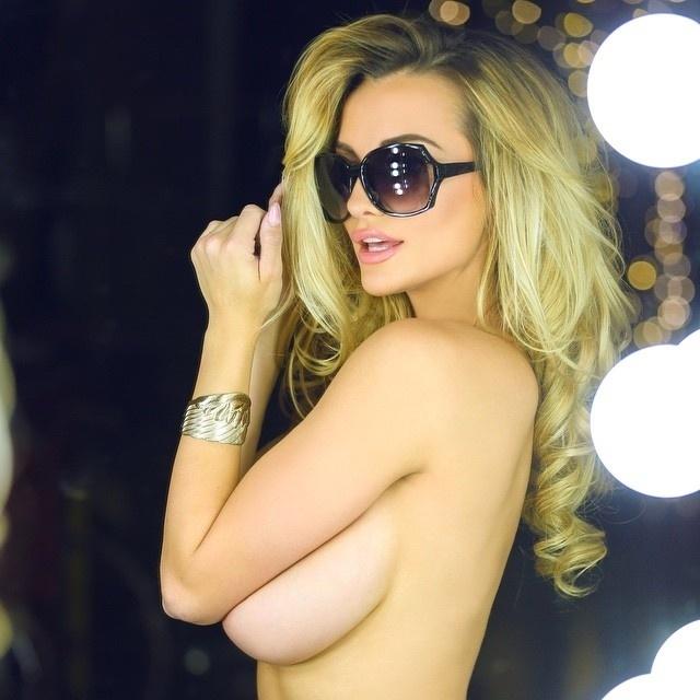 14.ago.2015 - Lindsey Pelas é uma das gatas que deixam os seguidores babando com fotos provocativas no Instagram. A loira, que tem mais de 1 milhão de seguidores na rede social, coleciona milhares de curtidas e uma coleção elogios dos seguidores na rede social