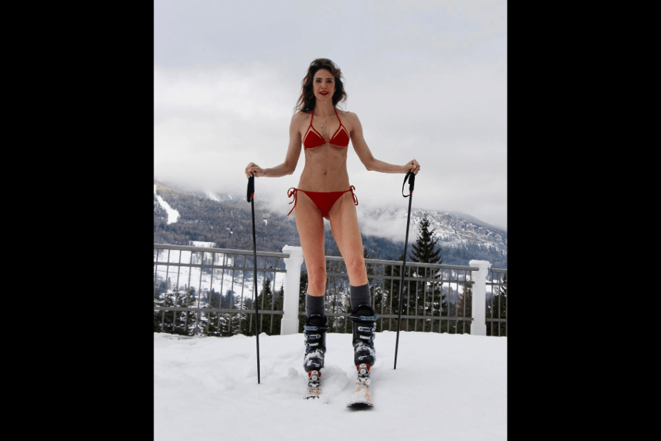 """11.jan.2017 - Sem nenhum casaco de frio na foto, Luciana Gimenez posa de biquíni na neve de Aspen, nos Estados Unidos. """"Bom dia! Resolvi dar uma refrescada! Ate porque so esta -3C!"""", publicou a apresentadora no Instagram"""