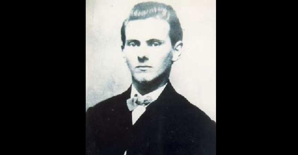 Oriundo de uma família proprietária de escravos, Jesse James lutou ao lado de um grupo guerrilheiro que apoiava o exército confederado separatista e escravagista na Guerra de Secessão, nos Estados Unidos, que durou até 1865. Derrotado, James seguiu com a quadrilha, que se especializou em assaltos a banco. Em 1882, ele já era um bandido famoso, e o Estado do Missouri, onde vivia, estipulou uma recompensa alta para quem o capturasse. Naquele mesmo ano, James foi assassinado por Robert Ford, um amigo que fazia parte de sua gangue e estava de olho na recompensa oferecida