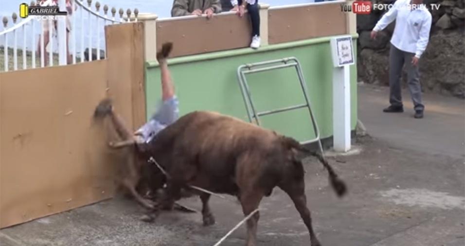 15.jun.2017 - O touro ainda teve força para chacoalhar o homem ao ar mais uma vez