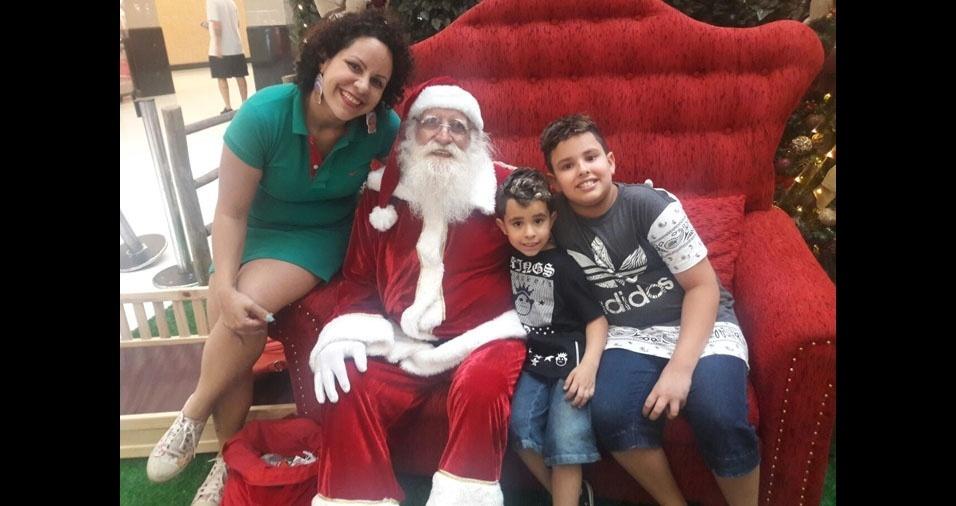 Débora com os filhos Matheus e Miguel e o Papai Noel, de São Paulo (SP)