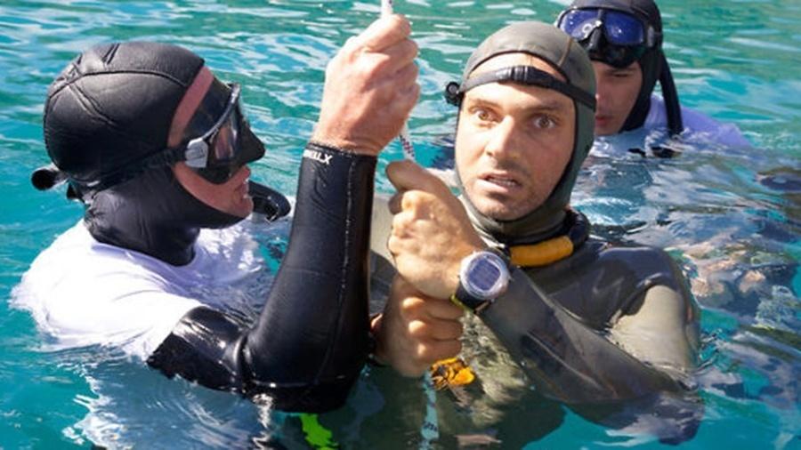 O mergulhador americano Nicholas Mevoli, um astro das competições de apneia e dono do recorde de 100 metros de profundidade, é fotografo após uma tentativa de bater o próprio recorde. Nicholas chegou a 72 metros de profundidade, ficou quase 4 minutos embaixo d'água, mas ao subir a superfície, perdeu a consciência assim que retirou os óculos e morreu em seguida no hospital