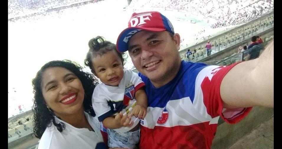 Ana Lua, de Fortaleza (CE), estreou em um estádio de futebol ao lado do papai Valdomi Albuquerque e da mamãe Aurenivia Albuquerque
