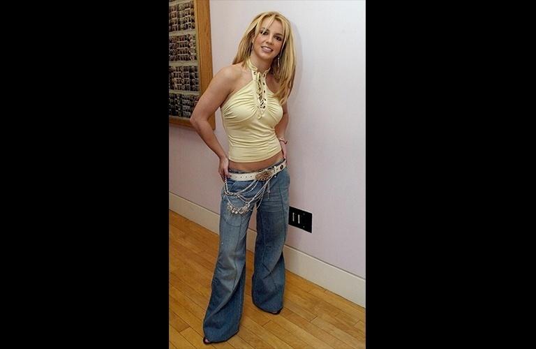 """Enquanto as meras mortais adeptas da calça baixa nos anos 2000 sofriam pra sentar sem mostrar o """"cofrinho"""", Britney Spears usou um modelo tão baixo que até deixava a calcinha à mostra e, mesmo assim, não deixou de dançar e fazer estripulias no palco"""