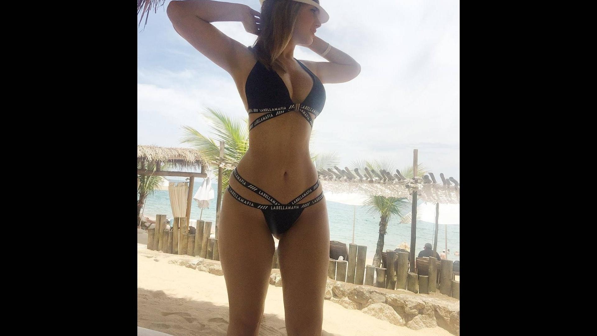 27.dez.2016 - Francine Piaia exibe modelo de biquíni em foto no Instagram. Seguidores da ex-BBB na rede social elogiaram as curvas de Fran com comentários como