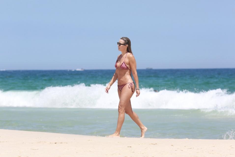5.fev.2017 - Christine Fernandes caminha pelas areias da praia da Barra da Tijuca