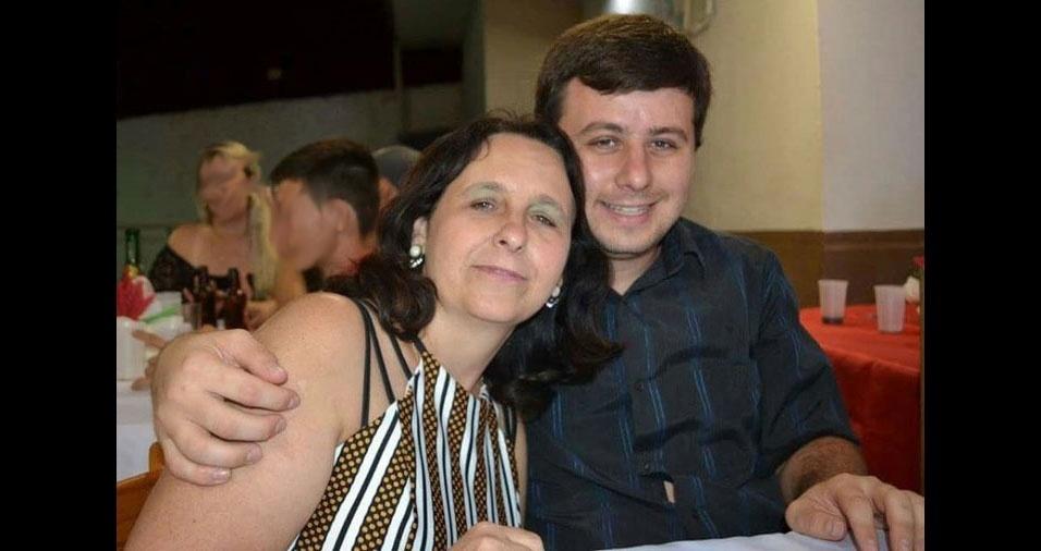 """Jonathan Peraçoli declara para a mamãe Roberta: """"Eu amo você todos os dias"""". Eles são de Barra Bonita, (SP)"""