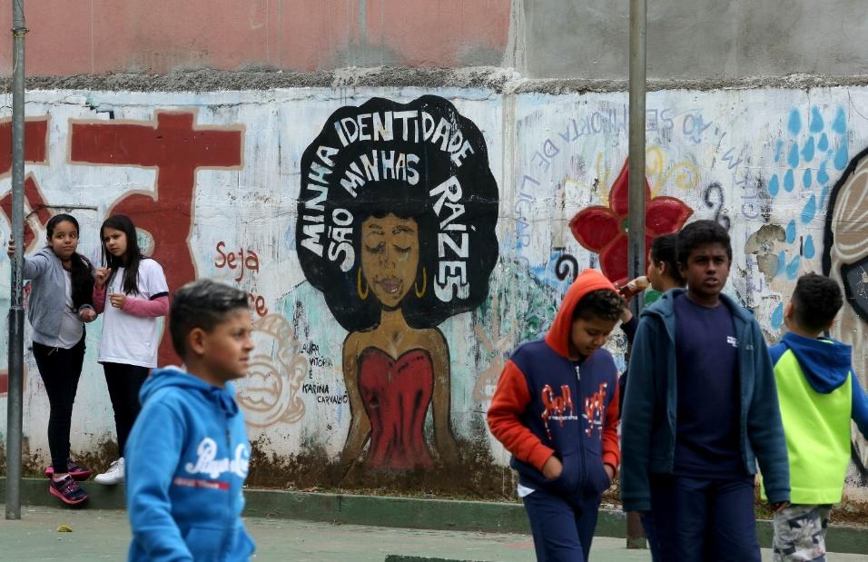 Nos muros da EMEF Marili Dias é possível ver que a questão da identidade está impressa por meio de grafites que os próprios estudantes pintaram