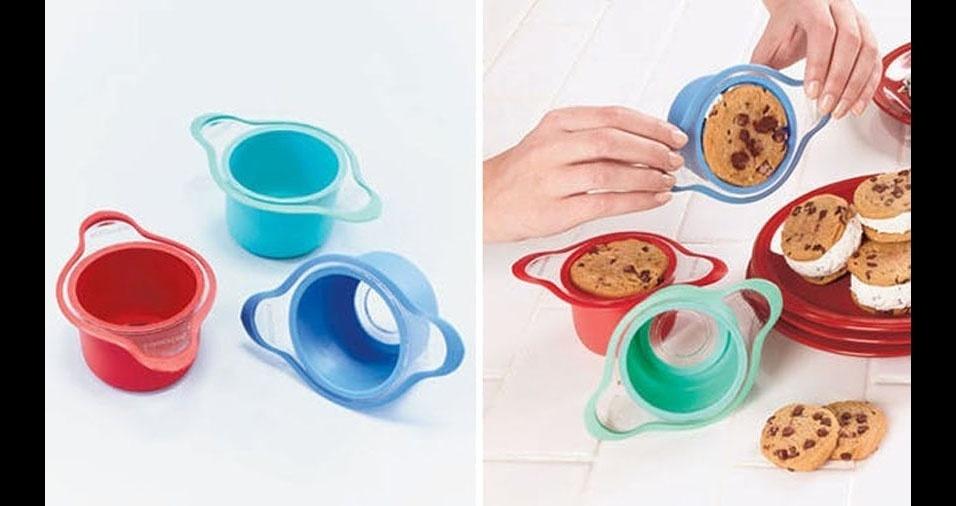 3. Formas de silicone para fazer sanduiches de sorvete. Basta colocar um cokie no fundo, uma bola de sorvete, levantar as paredes da forma e fechar com um segundo cookie, sem bagunça ou sujeira