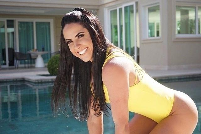 9.nov.2017 - Graciele Lacerda, mulher de Zezé Di Camargo, ostentou suas curvas usando um maio amarelo. Ao fundo, é possível ver a piscina da mansão do casal, em São Paulo