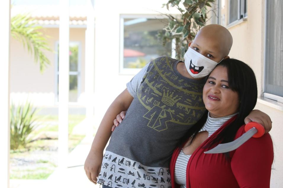 """ABRACE. . """"Quando descobri que o Agel, meu único filho, tinha câncer, meu mundo caiu. Abriu um buraco e entrei dentro dele. Mas, agora, meu coração está mais tranquilo. Foi amparado por todos esses anjos da Abrace"""", conta emocionada, Rute Pereira, de 33 anos"""
