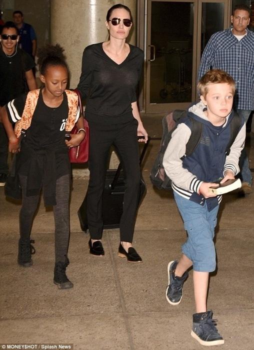27.out.2015 - Angelina Jolie foi fotografada com os filhos (da esq. para a dir.) Pax, de 11 anos, Maddox, 14, Zahara, 10 e Shiloh, 9, ao desembarcar no aeroporto de Los Angeles, nos EUA. Em entrevista à revista