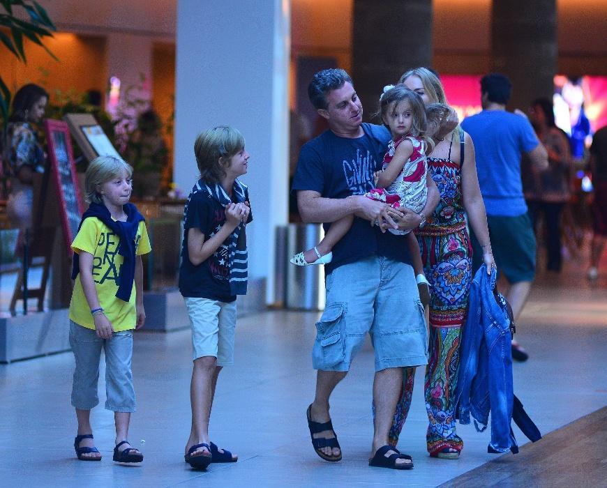 20.mar.2016 - Eva ganha atenção dos pais, Huck e Angélica e dos irmãos, Joaquim e Benício (esq.) durante passseio em shopping do Rio de Janeiro