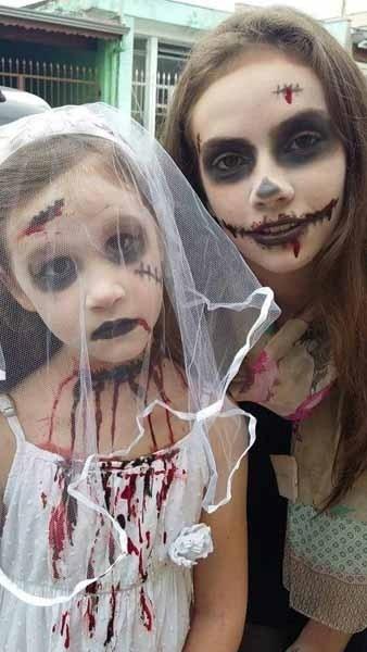 Heloísa e Ana Carolina, maquiadas para o Dia das Bruxas pela mamãe Teresa Cristiane Carrascosa, de Jundiaí (SP)