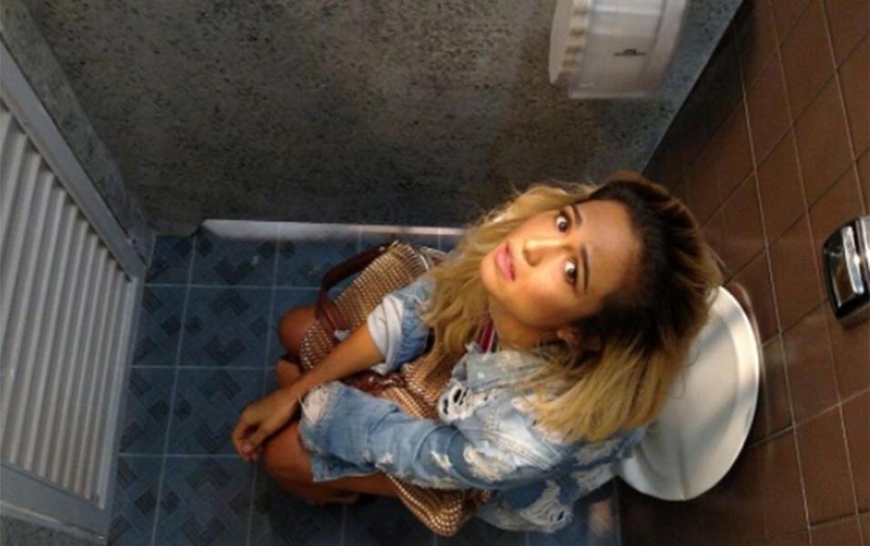 """7.mai.2017 - Loiríssima para viver a Sandra Helena em """"Pega Pega"""", próxima novela das 19h, Nanda Costa publicou um """"flagra"""" dentro do banheiro enquanto gravava uma cena da personagem. """"Ai a pessoa tá trabalhando e é flagrada bem 'A la vontê', bem 'Keen in the trono' por Karla Bittencourt atacando de grua humana, paparazziando #SandraHelena em um momento Crucial da vida Dela! Não era número 1, nem 2... não percam a próxima das 7h"""", escreveu a atriz na legenda"""