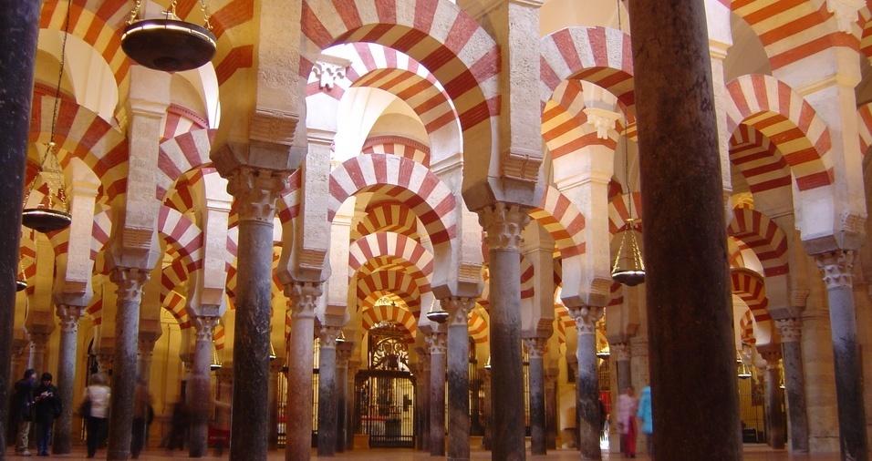 33. A Mesquita-Catedral, de Córdoba, é datada do século 10, quando Córdoba atingiu seu apogeu econômico, sob o governo do emir Abderramão 3º, um dos maiores governantes islâmicos, e foi consagrada como catedral em 1236, quando a cidade foi reconquistada. Sua arquitetura islâmica e cristã é bem interessante, vale a pena conhecer
