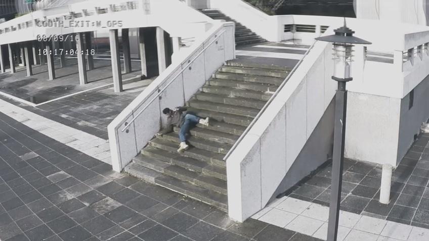 Esse levou um tombo feio na escada enquanto mexia em seu celular.