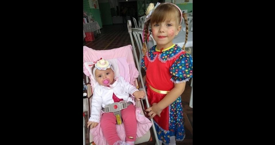 """Rosemeire Aparecida de Jesus Rossi, de Miracatu (SP), enviou foto de suas caipirinhas Mariana, sete meses,  e Melissa, quatro anos: """"Amores da mamãe"""""""