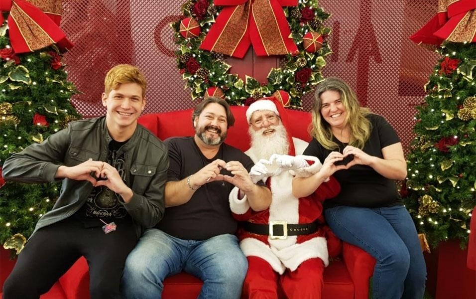 Eduardo Jorge Siqueira, Valdirene e Leonardo registram momento de família com Papai Noel do Shopping Bourbon, em Campinas (SP)