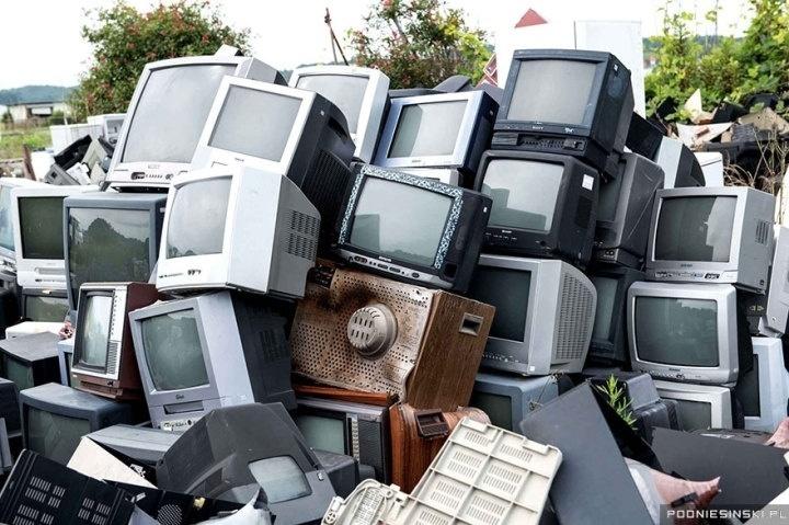 13.out.2015 - Televisores contaminados com material radioativo foram coletados e reunidos em pilhas