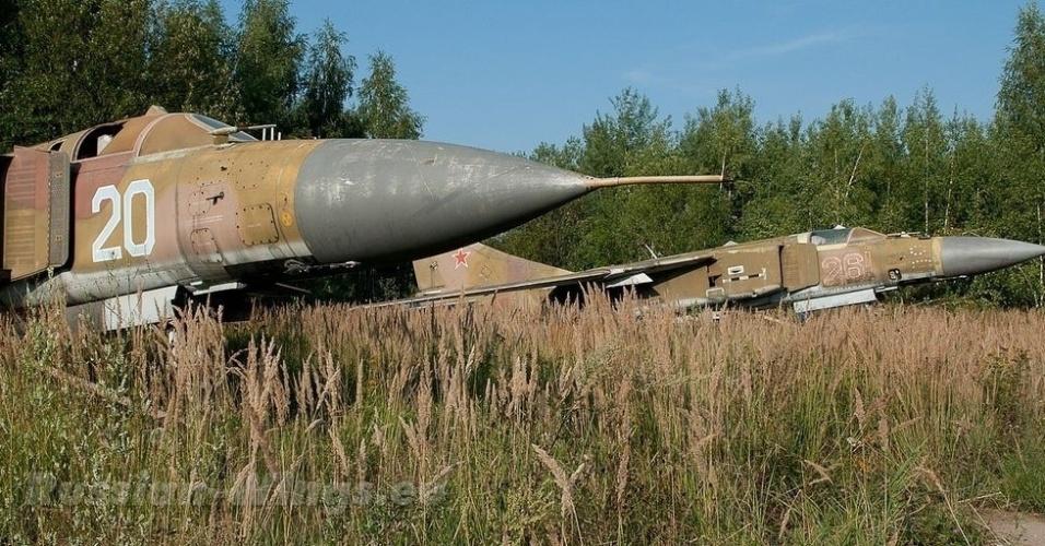 """22.out.2015 - Um dos locais """"escondidos"""" em que os aviões de caça estão abandonados fica em Dolgoye Ledovo, região próxima de Moscou, na Rússia, antigo território soviético"""