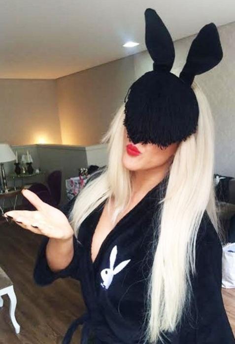 3.dez.2015 - 'Paparazzo sexy' aparece de roupão nos bastidores do ensaio nu para a Revista Playboy
