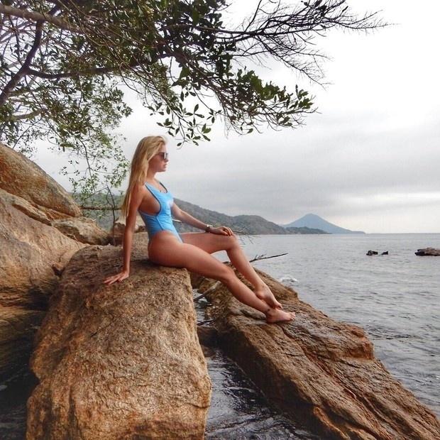 18.set.2016 - Bárbara Evans escolheu um maiô supercavado para curtir a praia em Angra dos Reis. A beldade exibiu a marquinha de sol em fotos postadas no Instagram