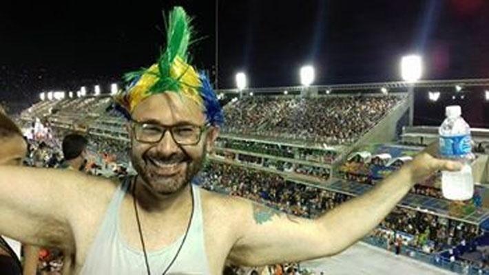 """Reginaldo enviou uma foto curtindo o Carnaval carioca de 2016, na Marquês de Sapucaí, e contou que o samba predileto dele é """"Sorriso de um banjo"""", que foi interpretado por Jovelina Pérola Negra e Andréia Caffé"""