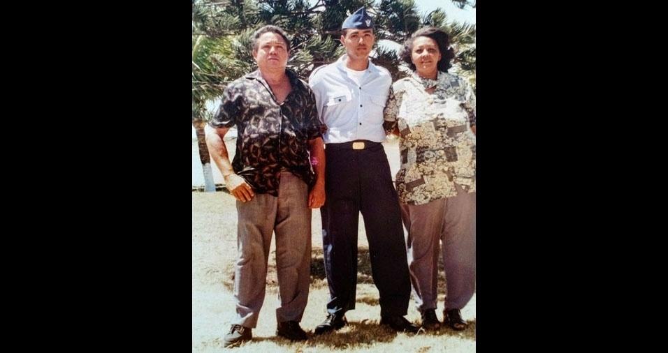 André Luis Martins Sales tinha 20 anos em 1996, ano que entrou para a Força Aérea Brasileira e criou seu e-mail no BOL. Na foto, André aparece ao lado dos pais