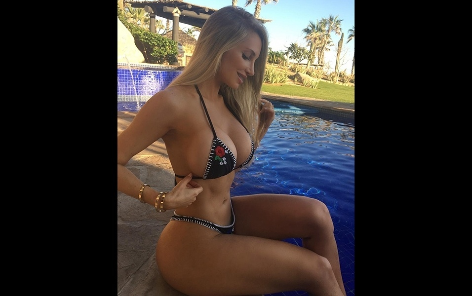 15.jan.2018 - De biquíni, Amanda Lee posa para foto na praia mexicana de Cabo San Lucas