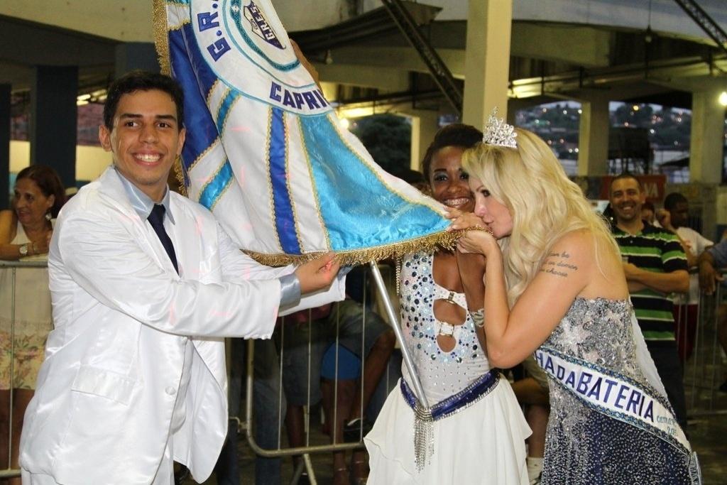 15.nov.2015 - Coroada rainha de bateria, Antônia Fontenelle beija a bandeira da Caprichosos de Pilares