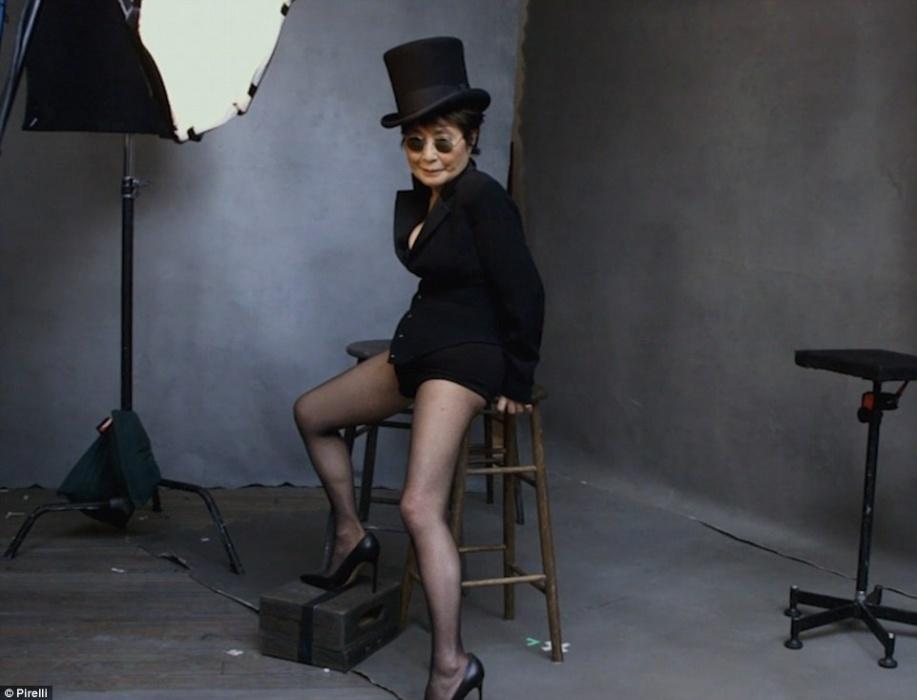 30.nov.2015 - A artista Yoko Ono, viúva do músico John Lennon, posa para o Calendário Pirelli de 2016