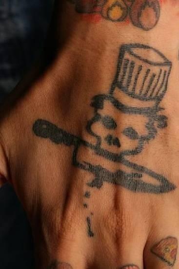 9.mar.2016 - Caveira com punhal: símbolo marcado em criminosos respeitados, que teriam relação com o assassinato de policiais