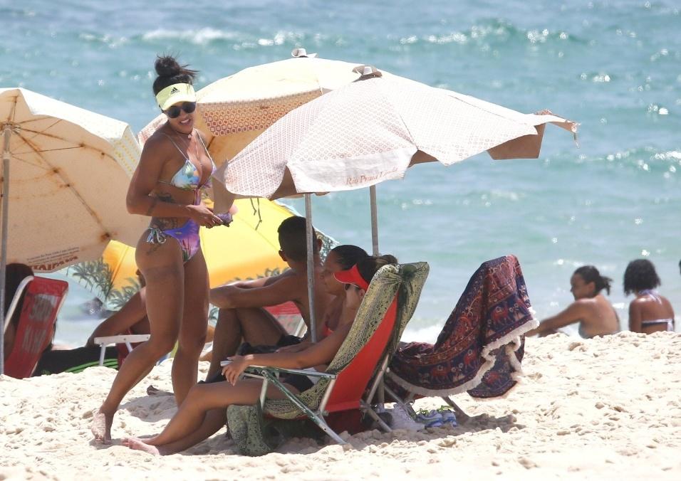 """12.jan.2017 - Aline Riscado é fotografada por paparazzi na praia da Macumba no Rio de Janeiro. A dançarina usava um maiô """"engana mamãe"""", todo recortado"""