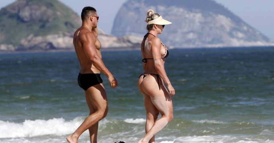 1º.fev.2016 - Felipe Franco e a esposa Juju Salimeni passeiam pela praia da Barra da Tijuca, no Rio de Janeiro