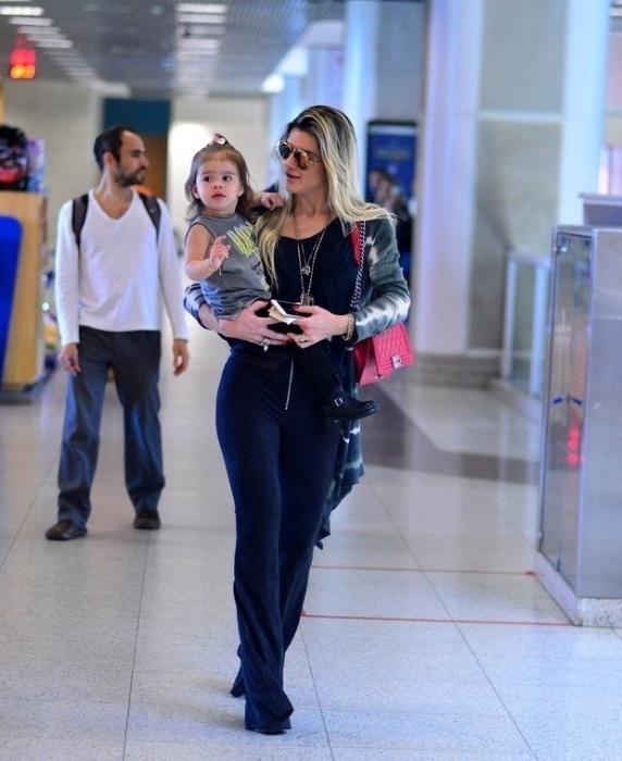 27.jun.2016 - Mirella Santos e a filha, Valentina, esbanjam estilo no aeroporto Santos Dumont, no Rio de Janeiro