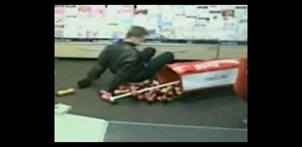 23.ago.2012 - A polícia do Reino Unido divulgou imagens de circuito fechado de vídeo que mostram um ladrão desastrado, tropeçando em um estande ao tentar fugir. O homem invadiu uma loja empunhando uma arma de brinquedo e vestindo uma máscara. A atrapalhada ação de James Allan, 29, na loja Martin, em Abingdon, nas proximidades de Oxford, aconteceu em 2 de março. Na ocasião, ele foi condenado a três anos de prisão