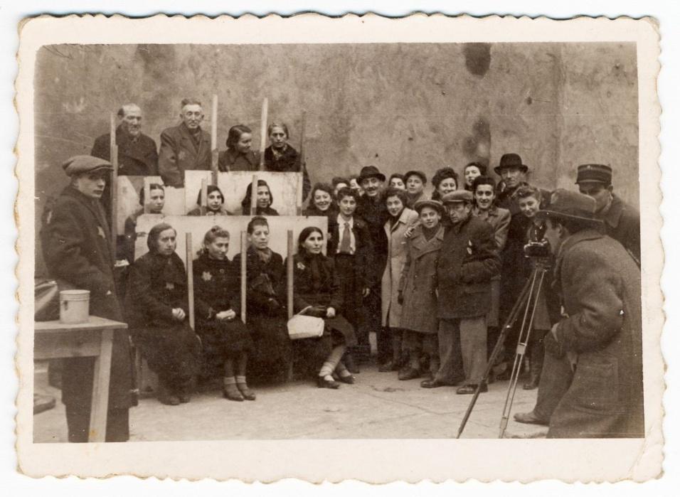 1940 - Henryk Ross tira retratos para documentos de identificação, à serviço do departamento de estatísticas