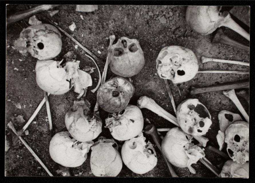 1940-1944 - Crânios e outros ossos ficam expostos ao ar livre no gueto polonês