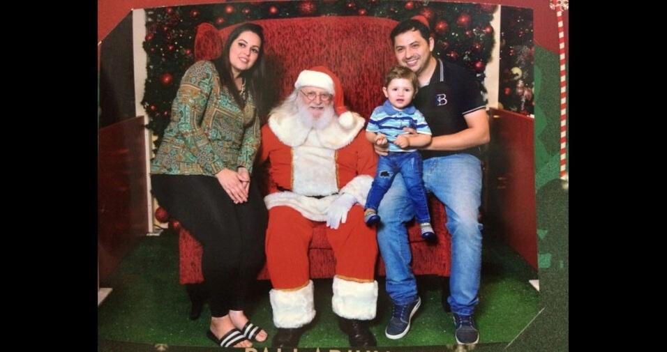 Rafael e Juliana com o filho Leonardo, no Shopping Palladium, de Curitiba (PR)