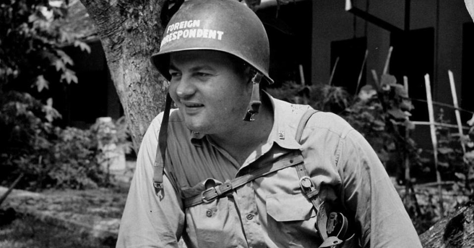 Na imagem, o fotógrafo Jonh Florea vestindo roupas de combate